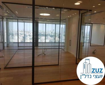 חדר ישיבות עם קירות זכוכית במגדל מידטאון תל אביב