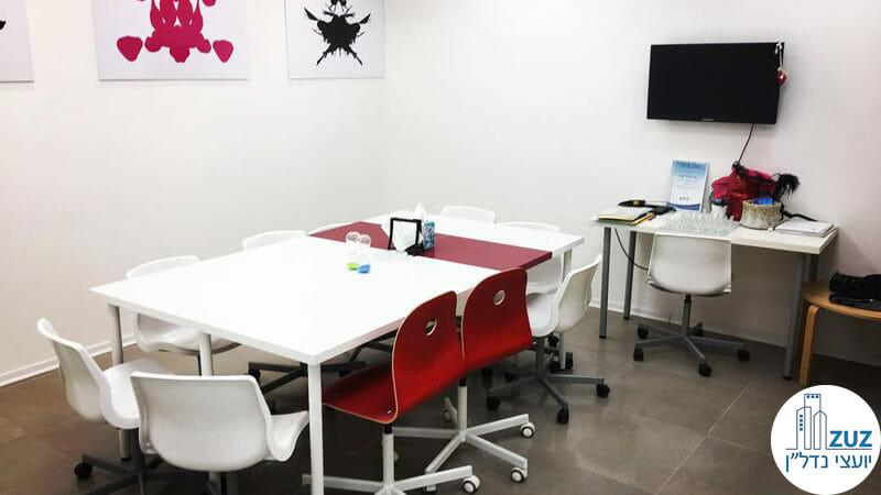 חדר עם שולחן במשרד במגדל v tower במתחם בסר