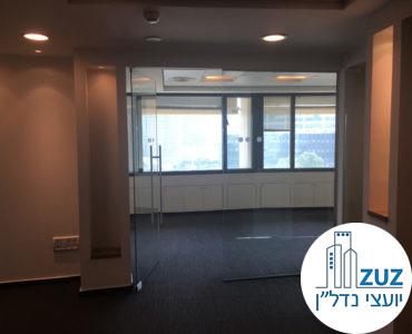 כניסה לחדר ישיבות מזכוכית של משרד להשכרה באמות השקעות תל אביב