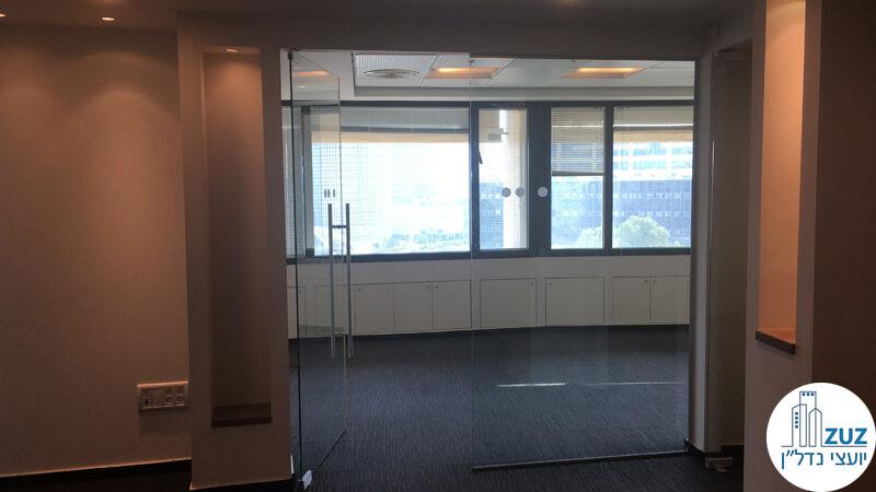 כניסה לחדר ישיבות מזכוכית במשרד במגדל אמות השקעות תל אביב