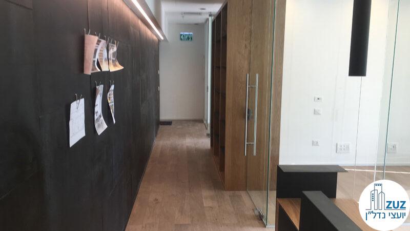 מסדרון וקיר מעוצב במשרד במגדלי הארבעה תל אביב