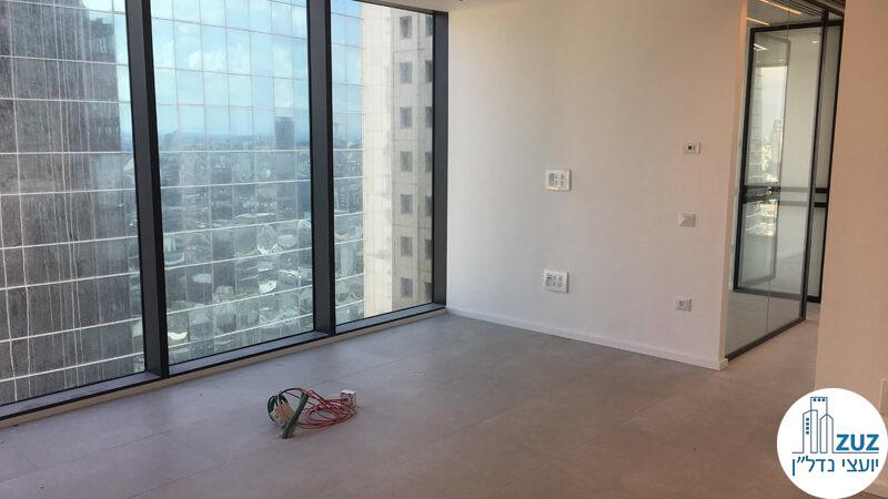 פינת כניסה וחלונות במשרד במגדלי הארבעה תל אביב