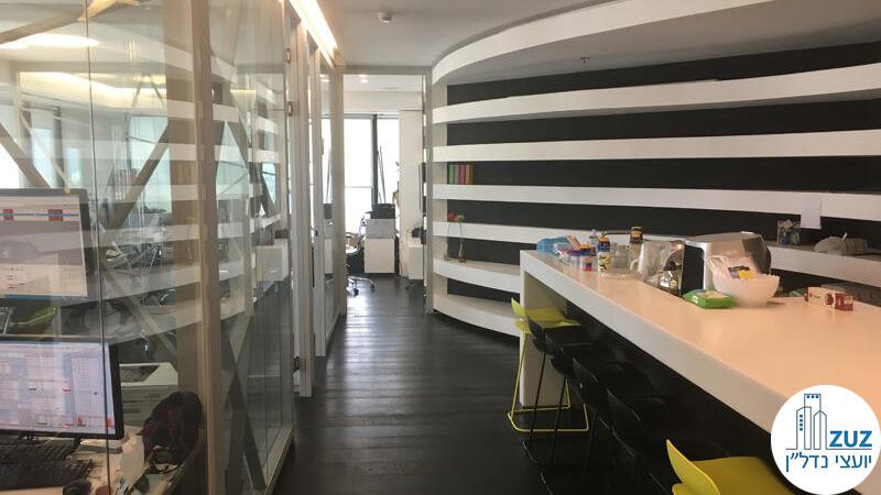 מסדרון חדרי זכוכית במשרד במגדל לוינשטיין תל אביב