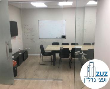 חדר ישיבות מרוהט במשרד בבניין ליד עזריאלי תל אביב