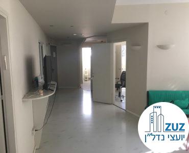 פינת כניסה במשרד בבניין משרדים בשכונת מונטיפיורי תל אביב