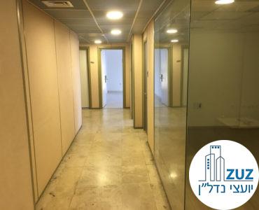 מסדרון וחדר זכוכית במשרד בבניין משרדים בשכונת מונטיפיורי תל אביב