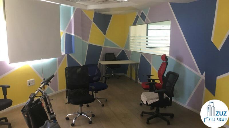 חדר וכיסאות במשרד ברחוב יגאל אלון תל אביב