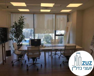 חדר ישיבות עם שולחן וכיסאות במשרד במגדלי אלון תל אביב