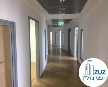 מסדרון וכניסה לחדרים במשרד במגדל היובל תל אביב