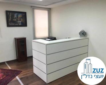 עמדת קבלה במשרד ברחוב מנחם בגין תל אביב