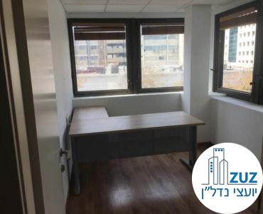"""חדר עם שולחן במשרד ברחוב ריב""""ל 18 תל אביב"""