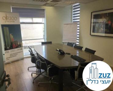 חדר ישיבות עם שולחן וכיסאות במשרד במתחם רוטשילד תל אביב