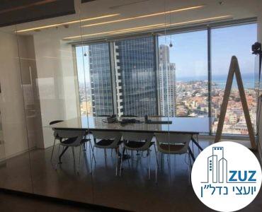 חדר ישיבות עם שולחן במשרד בשדרות רוטשילד תל אביב