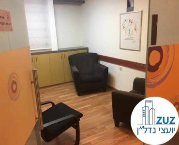 חדר עם כיסאות במשרד ברחוב יגאל אלון תל אביב