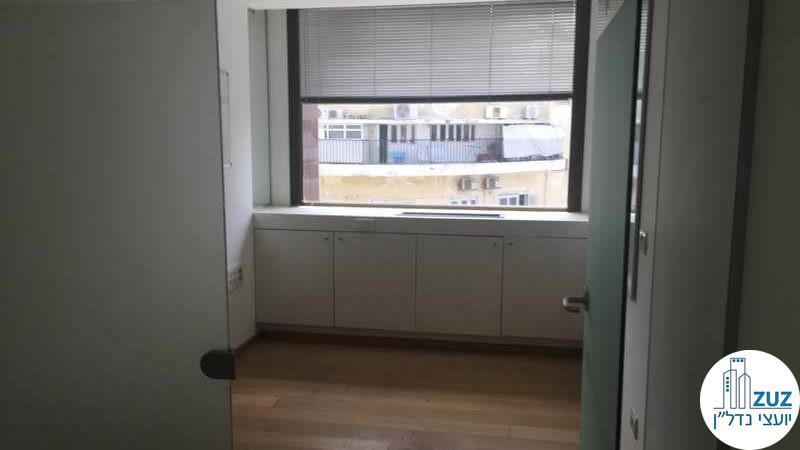 כניסה לחדר במשרד בבית יעבץ תל אביב