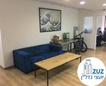 פינת ישיבה עם ספה במשרד בבית בי.אס תל אביב