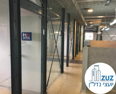 כניסה לחדרים מקירות זכוכית במשרד בבית בי.אס תל אביב