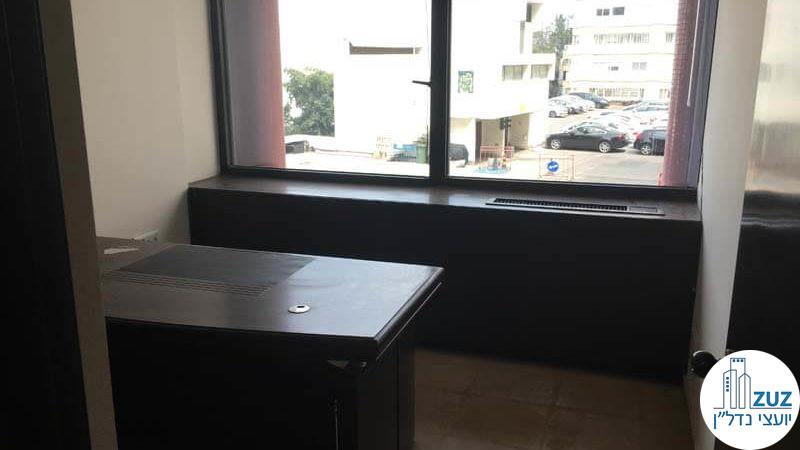 חדר עם שולחן במשרד בבית אירופה תל אביב