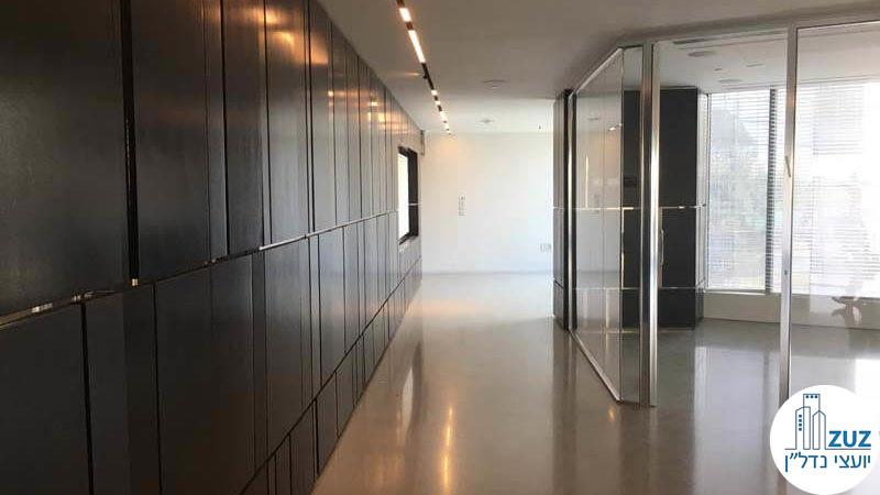 מסדרון וקיר מעוצב במשרד במגדל המוזיאון תל אביב