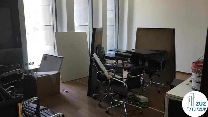 חדר ישיבות עם כיסאות במשרד במגדל המוזיאון תל אביב