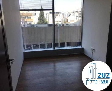 חדר עם חלון במשרד במגדל המוזיאון תל אביב