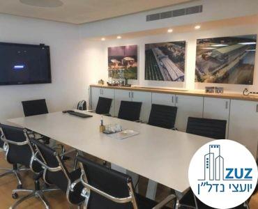 חדר ישיבות עם שולחן וכיסאות במשרד בשכונת מונטיפיורי תל אביב
