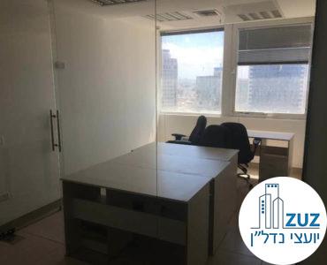 חדר עם שולחנות במשרד במגדל כלבו שלום תל אביב