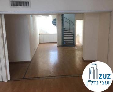 חדר עם גרם מדרגות במשרד בשדרות רוטשילד תל אביב