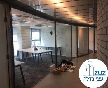 חדר עם קירות זכוכית במשרד בבית רובינשטיין תל אביב
