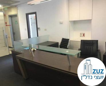 עמדת קבלה במשרד ברחוב יגאל אלון תל אביב