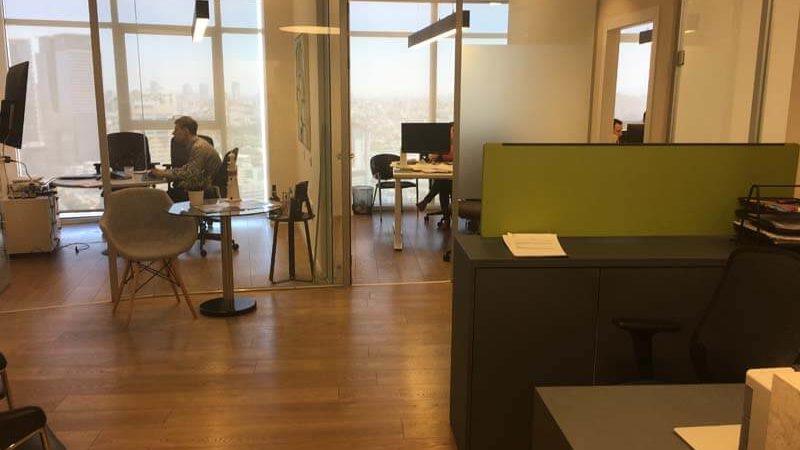 פינת כניסה במשרד במגדל אדגר 360 תל אביב