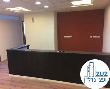 עמדת קבלה במשרד במגדל אמות ביטוח תל אביב