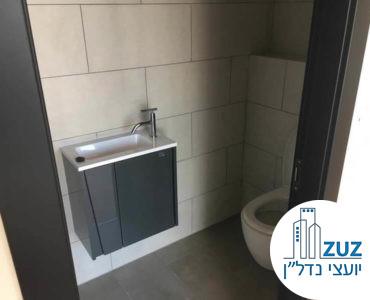 כניסה לשירותים במשרד במגדל הארבעה צפוני תל אביב