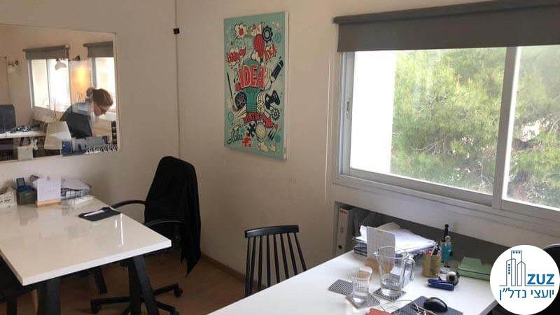חדר עם שולחנות במשרד על רחוב החשמונאים תל אביב