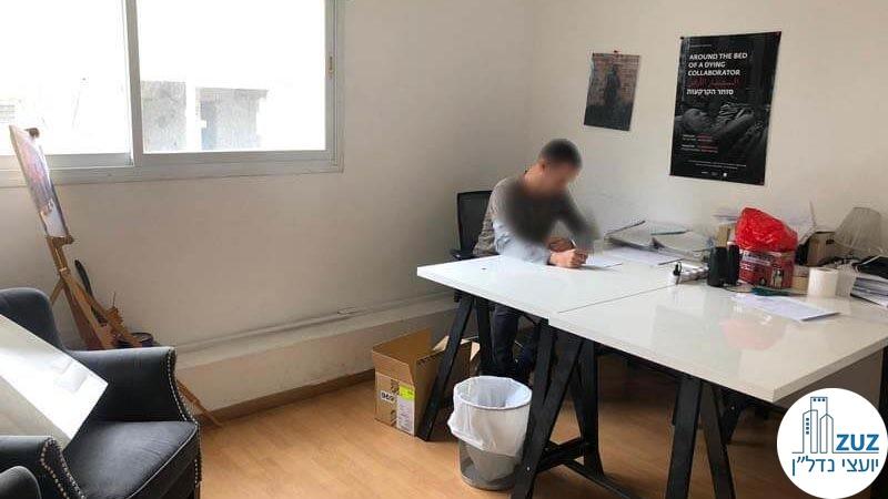 חלל עבודה עם שולחנות במשרד על רחוב החשמונאים תל אביב