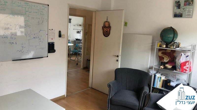 חדר ופינת ישיבה במשרד על רחוב החשמונאים תל אביב