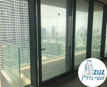 יציאה למרפסת במשרד במגדלי הארבעה תל אביב