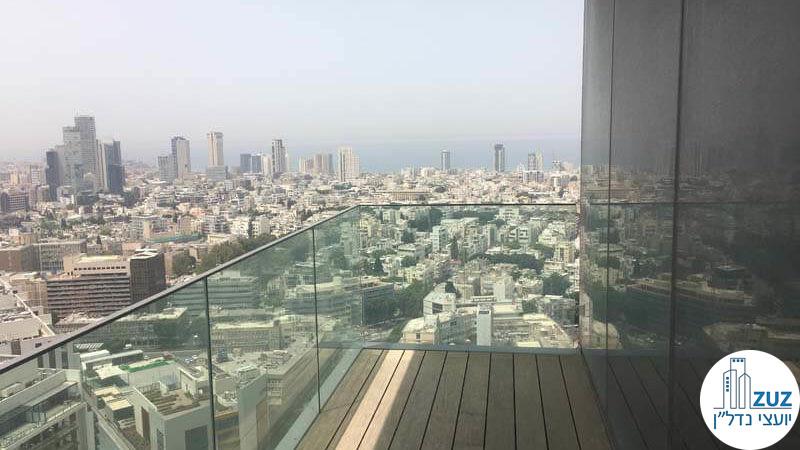 מרפסת עם נוף לים במשרד במגדלי הארבעה תל אביב