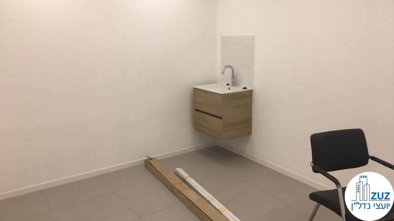 חדר עם כיור בקליניקה בבית הרופאים תל אביב