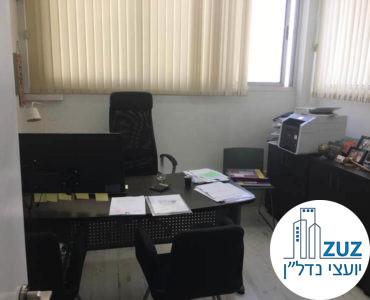 חדר עם שולחן במשרד בשכונת מונטיפיורי תל אביב