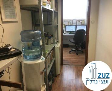 כניסה לחדר במשרד בשכונת מונטיפיורי תל אביב