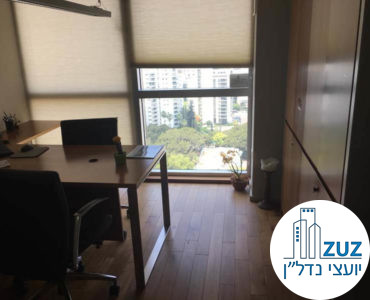 חדר עם שולחן במשרד במגדל ויצמן תל אביב