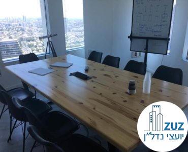 חדר ישיבות עם שולחן וכיסאות במשרד במגדל עזיראלי משולש תל אביב
