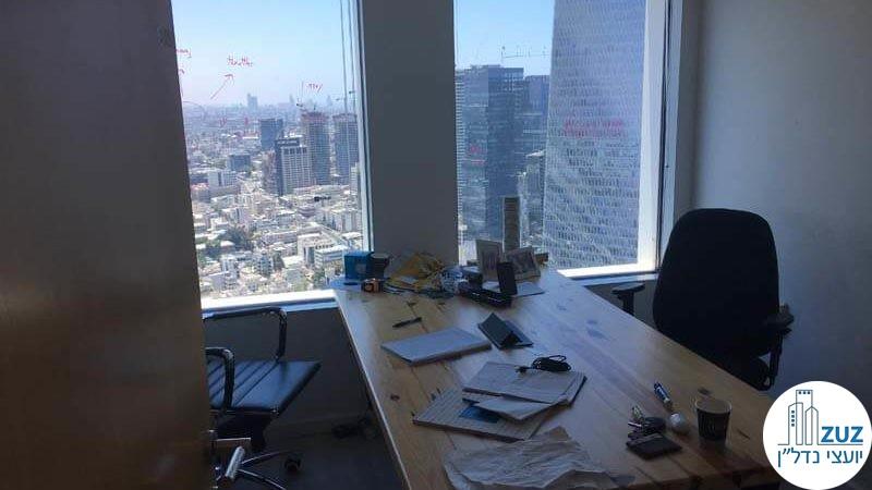 חדר עם שולחן במשרד במגדל עזיראלי משולש תל אביב