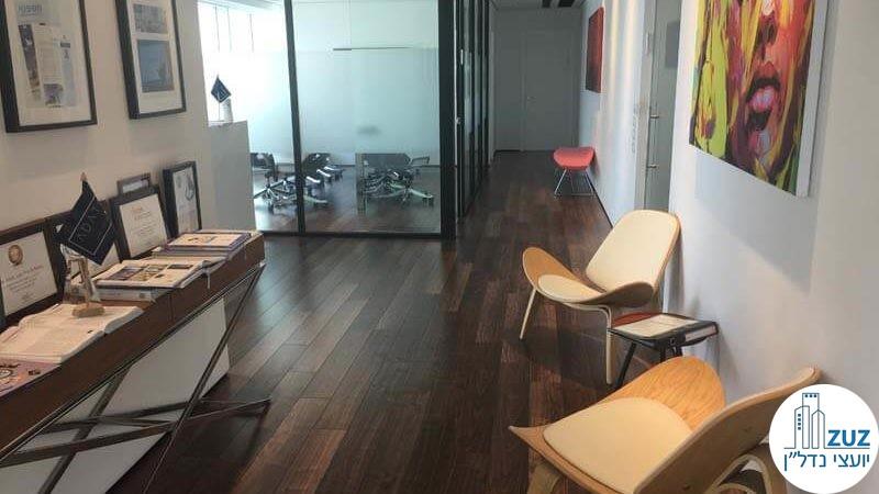 פינת ישיבה במשרד במגדל אלקטרה סיטי תל אביב