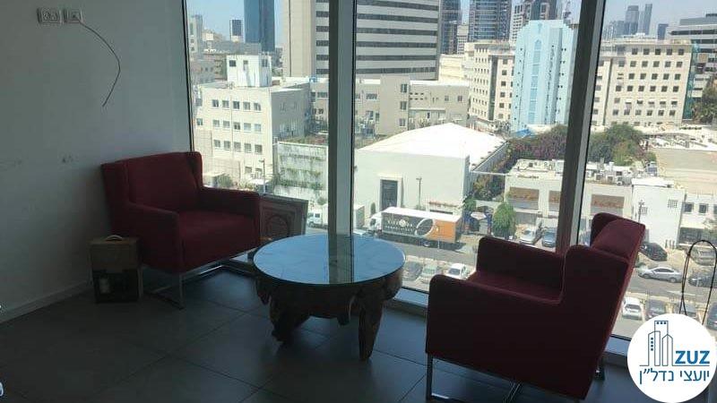 חדר עם כורסאות ושולחן במשרד במגדל אלקטרה סיטי תל אביב