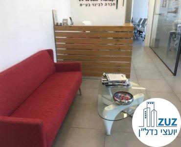 עמדת קבלה ופינת המתנה במשרד במגדל אלקטרה סיטי תל אביב