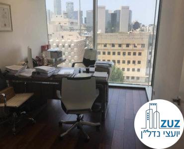 חדר עם שולחן במשרד במגדל אלקטרה סיטי תל אביב