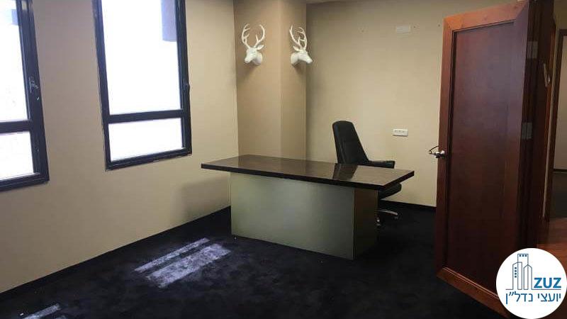 חדר עם שולחן במשרד בבית קרדן תל אביב