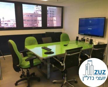 חדר ישיבות עם שולחן ירוק במשרד ברחוב טיומקין תל אביב